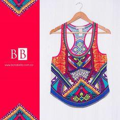 Las figuras geométricas y los colores fuertes en una blusa con un diseño fresco. Siempre chic con Bonabella.