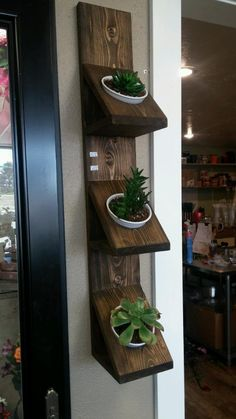 Trendy DIY Wall Planters Train You How To Greenify Your Dwelling A DIY wall planter is the perfect approach. Diy Wall Planter, Wall Mounted Planters, Wood Planters, House Plants Decor, Plant Decor, Diy Pallet Projects, Woodworking Projects, Diy Garden Decor, Diy Home Decor