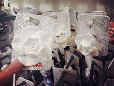 Indiskan ruusuvetimet tai vaikkapa Claes Ohlsonilla myynnissä olleet keraamiset pupu- tai lintuvetimet sopisivat hyvin 50-luvun kaappeihin.