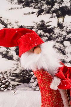 Приближается Новый год и, конечно, мы ждем Деда Мороза. Мне захотелось подарить всем не совсем обычного Деда Мороза, а с улыбкой. Вот что у меня получилось. Нам понадобится: Ткань для шубы, рукавиц, мешка, обуви, лица, бусинки. Различные остатки меха. Наполнитель мягкий и утяжелитель (песок, мелкие камешки и т.д.). Проволока. Клей для ткани. Выкройка распечатывается на А4.