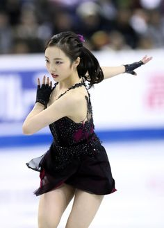 羽生、紀平が首位発進 GPスケートカナダ開幕 - 産経ニュース Female Pose Reference, Figure Skating Costumes, Skate Girl, People Poses, Beautiful Athletes, White Bralette, Human Poses, Dynamic Poses, Sexy Legs And Heels