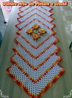 Letras e Artes da Lalá: Granny Square Crochet Kitchen, Crochet Home, Crochet Crafts, Crochet Projects, Free Crochet, Knit Crochet, Crochet Table Runner, Crochet Tablecloth, Crochet Doilies