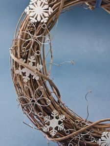 How to Make Rustic Looking Home Accessories. I LOVE this wreath!