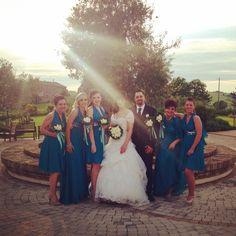 Bruno & Katia oggi sposi! Ecco uno scatto mentre posano insieme alle loro damigelle! #Bruno&Katia #oggisposi #matrimonio #wedding #americanstyle #damigelle #villaitramonti #saludecio #rimini #pesaro