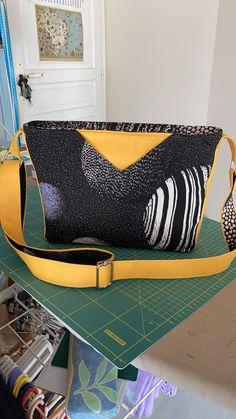 Sac Mambo en wax noir et blanc et simili jaune cousu par Anne Marie - Patron Sacôtin