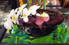 #Vaso di vetro colorato con orchidea bianca.