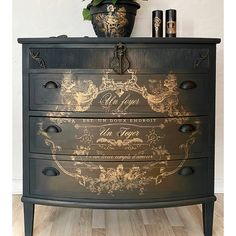 Furniture Wax, Chalk Paint Furniture, Furniture Projects, Furniture Makeover, Black Painted Furniture, Painted Dressers, Decoupage Furniture, Vintage Dressers, Refinished Furniture