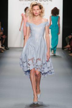La stilista celebre per i sofisticati capi tinta unita in jersey shape  propone abiti dall eleganza sobria e sofistic. 88f7341fb1f