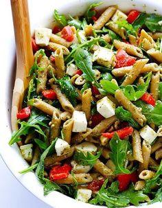Pour régaler une grande tablée sans mettre sa ligne en péril, bien vu la salade de pâtes accompagnée de salade verte (roquette ou pissenlit …) avec quelques dés de fromage de type feta et des morceaux de poivron pour la couleur ! Pour l'assaisonnement, on valide l'idée d' un pesto ver...