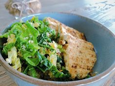 Een receptje voor de dagen dat het wat een wat lichter gerecht mag zijn. Heb je toch een ongelooflijke zin in iets hartigers? Dan kan je de tofu vervangen door halloumi of berloumi. Heb je het liever minder pittig in je bord? Dan kan je de chilipeper weglaten. Halloumi, Quinoa, Lights