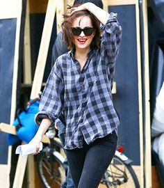 Dakota Johnson wore a blue checkered button up shirt, dark jeans, and a pair of black Ray Ban wayfarers while on the set of a new movie in New York City on June Dakota Johnson Street Style, Dakota Johnson Movies, Dakota Style, Dakota Jhonson, Checkered Shirt Outfit, How To Be Single, Dakota Mayi Johnson, Her Style, How To Wear
