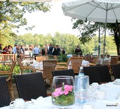 Sommerliche Kaffeetafel zur Hochzeit im Seeschloss .