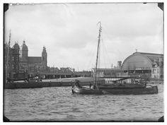 IJ · 1890    Afgesloten IJ.Links: De Ruijterkade. Rechts: Oostertoegang en overkapping Centraal Station. Op de achtergrond de r.-k. Sint Nicolaaskerk, Prins Hendrikkade 74-77..