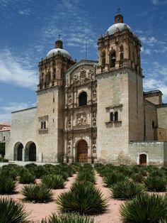 Une magnifique église baroque édifiée à la fin du XVIe siècle par les dominicains à Oaxaca, au Mexique. Sur www.tripalbum.net
