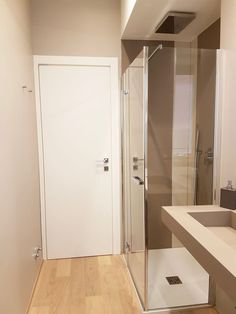 Foto di bagno in stile in stile moderno : casa ellecì | homify Small Bathroom, Bathrooms, Planer, Armoire, Tall Cabinet Storage, Sweet Home, New Homes, Bathtub, House Design