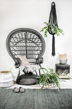 Un fauteuil en rotin majestueux dans le jardin
