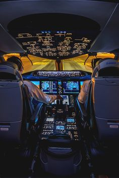 Incredible shot of the Boeing 787 flight deck Avion Jet, Photo Avion, Airplane Wallpaper, Boeing 787 Dreamliner, Airplane Photography, Airplane Pilot, Passenger Aircraft, Commercial Aircraft, Civil Aviation