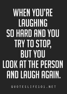 Cuando te estás riendo tan fuerte e intentas parar, pero miras a la persona de en frente y te ríes otra vez.