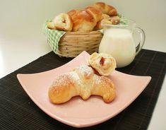 Ingrediente: 650 gr faina tip000, 350 ml lapte, 2 oua, 4 lg zahar, 3 lg ulei, 1 1/2 lingurite sare, 2 1/2 lingurite drojdie uscata, 2 galbenusuri de ou pentru uns, rahat cu aroma de trandafiri, Mod de preparare : Aluatul pentru aceste cornuri foarte pufoase l-am facut cu ajutorul masini de paine(Philips). Am pus […]