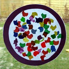 Wir basteln mit den Kindern unter 3 Jahren aus unserer Krippe Fensterbilder für Fasching. Wir zeigen euch, wie einfach die Dekoration der Fenster gelingt.