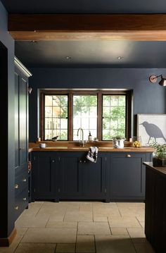 How To Decorate With Dark Kitchen Cabinets monochrome black + wood kitchen inspiration How To Decora Devol Kitchens, Black Kitchens, Home Kitchens, Modern Country Kitchens, Retro Kitchens, English Kitchens, Farmhouse Kitchens, Small Kitchens, Modern Farmhouse
