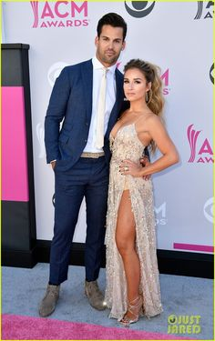 Jessie James Decker & Husband Eric Decker Hit the ACM Awards 2017 Red Carpet!: Photo Jessie James Decker and her hubby Eric Decker hit the carpet together at the 2017 Academy Of Country Music Awards held at Toshiba Plaza on Sunday (April in Las… Jesse James Decker, Jessie James Decker Hair, Eric And Jessie Decker, Eric Decker, Country Music Awards, Celebs, Celebrities, Celebrity Couples, Celebrity Style