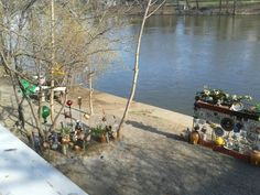 Bezdomovci u řeky