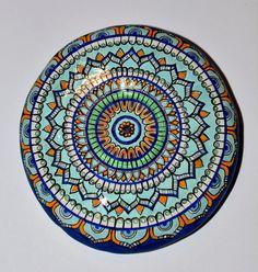 Sasso dipinto a mano con colori a olio. Ho lasciato il retrò al naturale senza decorazioni.  Mano di pietra dipinta con colori ad olio. Ho lasciato