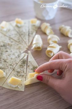 Mini croissants aux fromages - Cuisinons En Couleurs - My CMS Holiday Party Appetizers, Snacks Für Party, Appetizer Recipes, Dessert Recipes, Mini Croissants, Cheese Croissant, Mini Sandwiches, Easy Casserole Recipes, Food Platters