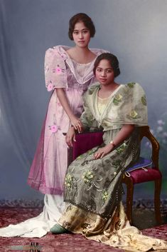 Filipina ladies wearing the traditional Baro't Saya ca Nothing else is known about that photo except that the lady on the looks . Philippine Art, Philippine Women, Philippine Mythology, Philippine Fashion, Filipino Art, Filipino Culture, Filipino Tattoos, Filipino Fashion, Asian Fashion