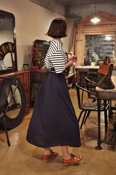 OUTFIT: White-Black Striped Blouse + Black or Denim Maxi Skirt + Brown or Cognac Leather Oxfords + Matching Leather Belt and Purse. Mode Outfits, Skirt Outfits, Look Fashion, Korean Fashion, Club Fashion, Fashion Hair, 1950s Fashion, Womens Fashion, Mode Style