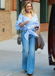 See Hilary Duff's two street style looks in one day as she heads out in New York City. Haylie Duff, January Jones, Lizzie Mcguire, The Duff, Style Hilary Duff, Hilary Duff Fashion, Jeans Style, Shirt Style, Style Casual