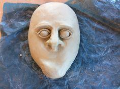 Ik ga een masker maken. Het wordt een mannelijk hoofd. Ik heb al de kin, neus gemaakt. Ik Moet nu nog de Ogen afmaken.
