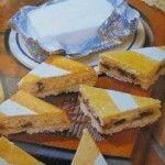 Torta al limone e formaggio con uvette e mandorle tritate.