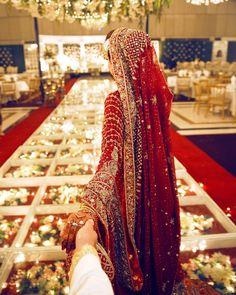 Bridal Poses, Bridal Photoshoot, Indian Bridal Outfits, Pakistani Bridal Dresses, Mode Bollywood, Indian Wedding Couple Photography, Bridal Photography, Prince Héritier, Bridal Dress Design