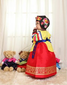 I need a little girl so she can wear my hanbok. Adorable!