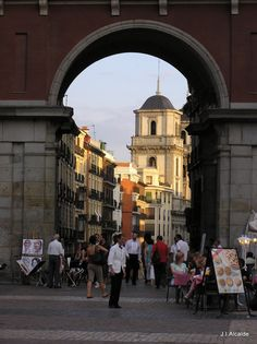 Madrid. Arco de la Plaza Mayor que da a la calle Toledo. Al fondo torre de la Colegiata de San Isidro