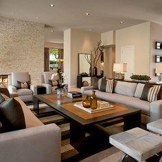 Sala grande con chimenea y amplios muebles