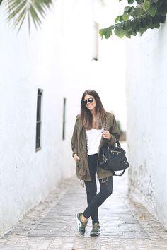 Parka y camiseta/Parka and t-shirt: Zara Jeans: Zara Bolso/Bag: Balenciaga Zapatillas/Sneakers: Asics Winter Pack