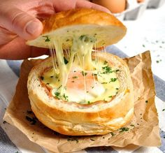 No Washing Up Ham, Egg & Cheese Bread Bowls | 23 Incredible Campfire Recipes | The Best Camping Meals Ever! Check it out at http://homemaderecipes.com/23-campfire-recipes/