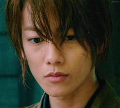 Kenshin Himura perfectly portrayed by Takeru Sato Japanese Film, Japanese Drama, Gintama Live Action, Samurai, Film Trilogies, Takeru Sato, Rurouni Kenshin, Live Action Movie, Japanese Characters