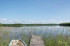 Sjötomt med egen brygga i fantastiska Luhrsjön. Luhrsjön är en mycket fin bad och fiskesjö. Båt ingår i köpet. Bostadsbyggnaden är på närmre 200 kvm boarea med tillhörande garage och jordkällare samt totalt ca 2,5 ha mark. Fastigheten är taxerad som...
