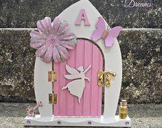 Make a pretty fairy door from lollypop sticks Diy Fairy Door, Tooth Fairy Doors, Diy Door, My Fairy Garden, Fairy Gardens, Magical Gardens, Christmas Classroom Door, Yellow Front Doors, Fairy Crafts