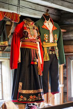 """Heddal bygdetun 💠 Bunad i Heddal bygdetun = National Costumes of Norway at the Heddal Open Air Museum Mexican Costume, Folk Costume, Folk Fashion, Ethnic Fashion, Traditional Fashion, Traditional Dresses, Norwegian Fashion, Frozen Costume, Historical Clothing"