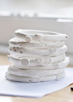 Raw rock coral ceramics bangles and rings by Katherine Wheeler / lnop avec un A comme op