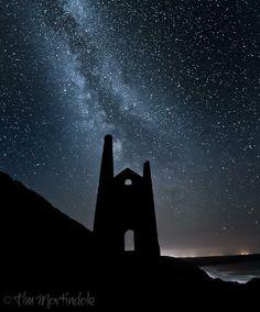 Via  TimMartindalePhotog @TimMPhoto  · The Milky Way behind Wheal Coates engine house at Chapel Porth. #Cornwall #Poldark