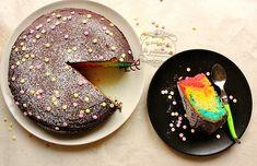 Recette du gâteau arc-en-ciel (rainbow cake) rapide et facile, en une seule cuisson, à base de gâteau au yaourt et recouvert de chocolat.