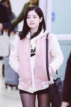 Twice - Dahyun Nayeon, Divas, Twice Once, Twice Dahyun, Holly Willoughby, Kpop, Airport Style, Airport Fashion, Boho