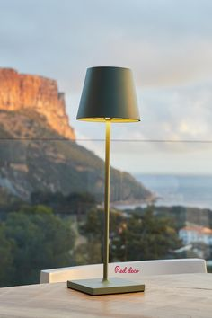 Kelly Olive est une lampe de table LED sans fil avec une base LED blanc chaud à intensité variable. Cette lampe à poser se distingue par son design sobre et élégant mais également par sa grande autonomie de fonctionnement (jusqu'à 9 heures). Lampe à poser autonome, elle apportera à votre décoration une touche chic et tendance. Elle est idéale comme lampe de table design, lampe de chevet ou encore pour illuminer vos tables de fêtes. #lampedechevet #lampedetable #lampesansfil #olive #luminaire Table Led, Tables, Olives, Decoration, Comme, Lighting, Home Decor, Bedroom Table Lamps, Bed Reading Light