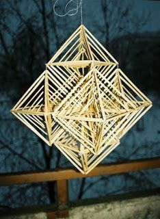 Latvian tradicional straw decorations - Puzurs (by Elina Kalva) Straw Sculpture, Mobile Sculpture, Straw Weaving, Weaving Art, Straw Decorations, Christmas Decorations, Straw Art, International Craft, Diy And Crafts